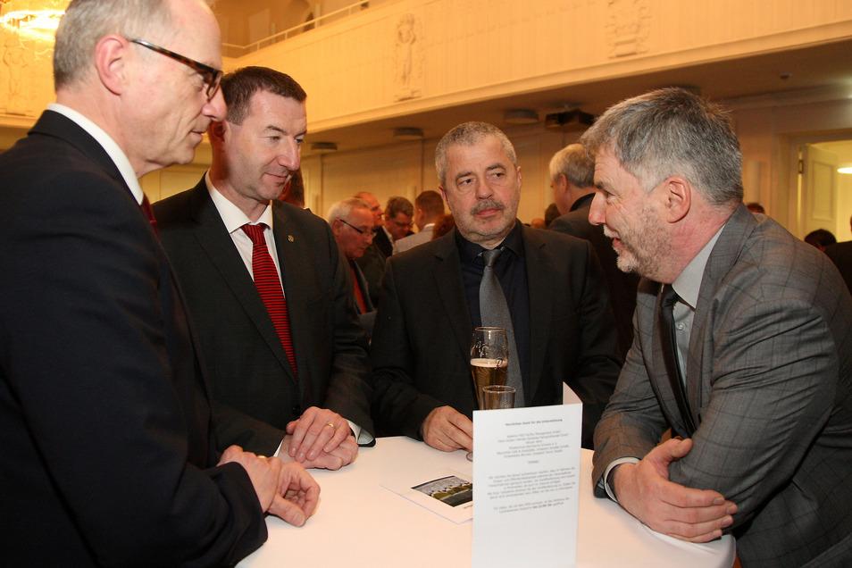 Uwe Rumberg (r.) im Gespräch mit Mike Ruckh, Jens Michel und Michael Geisler (v.l.) bei einem Neujahrsempfang des Landrates.