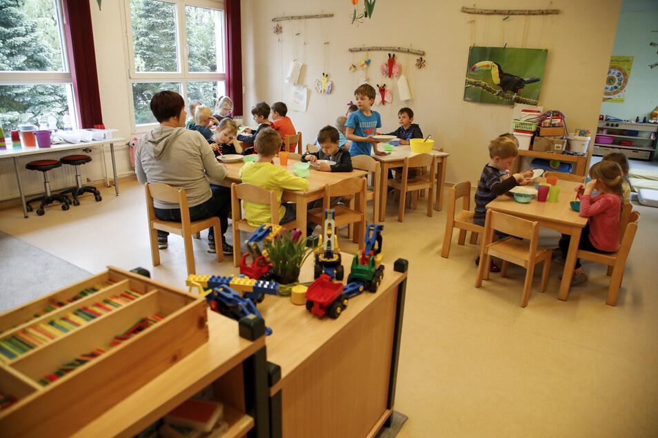 """Kinderbetreuung in der Kita """"Bummi"""" in Hirschfelde. Das Bild entstand genau vor einem Jahr."""