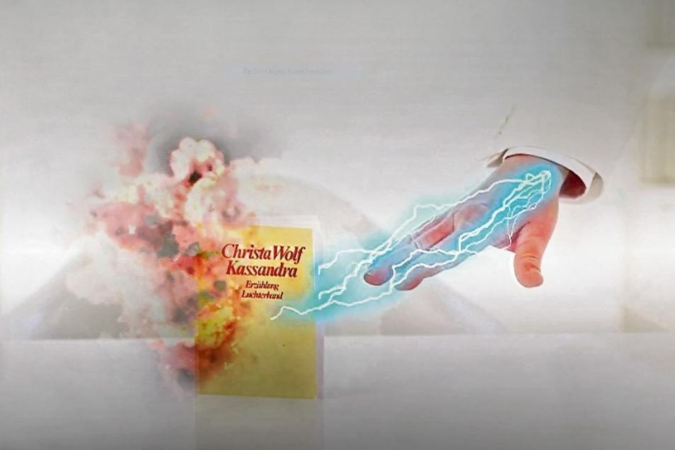 """Virtuelle Bücherverbrennung: In seiner Sendung lässt Denis Scheck auch Christa Wolfs """"Kassandra"""" in Flammen aufgehen."""
