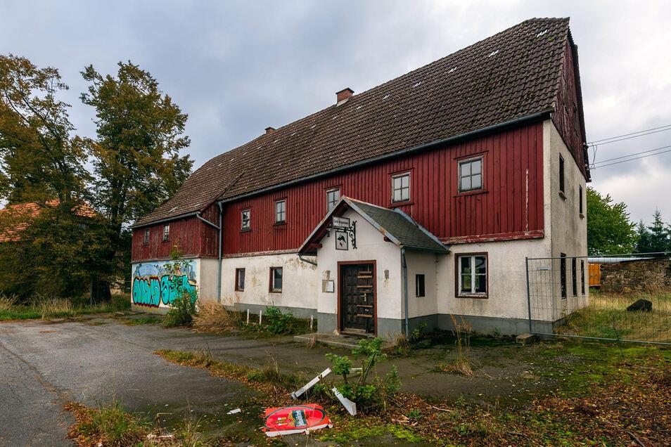 """Seit etlichen Jahren steht das direkt an der B 6 bei Schmiedefeld gelegene ehemalige Gasthaus """"Dürrer Fuchs"""" leer und ist dem Verfall preisgegeben."""