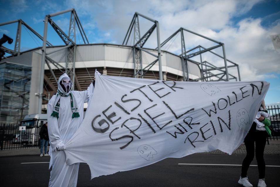 """Zwei """"Geister"""" wollen ins Stadion, aber auch sie müssen draußen bleiben. Die Partie von Borussia Mönchengladbach gegen den 1. FC Köln am 11. März war die letzte in der Fußball-Bundesliga vor der Corona-Pause. Ob und wann es weitergeht, ist offen."""