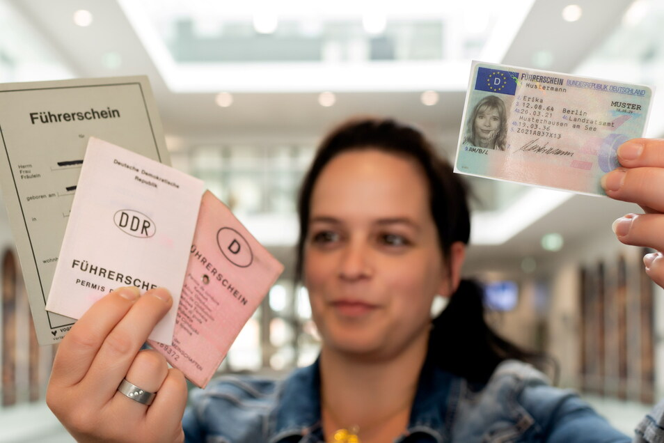 Mandy Sprigode arbeitet in der Bautzener Fahrerlaubnis-Behörde und zeigt verschiedene Führerscheine. Spätestens 2033 sollen alle Inhaber nur noch die EU-Fahrerlaubnis im Scheckkartenformat haben.