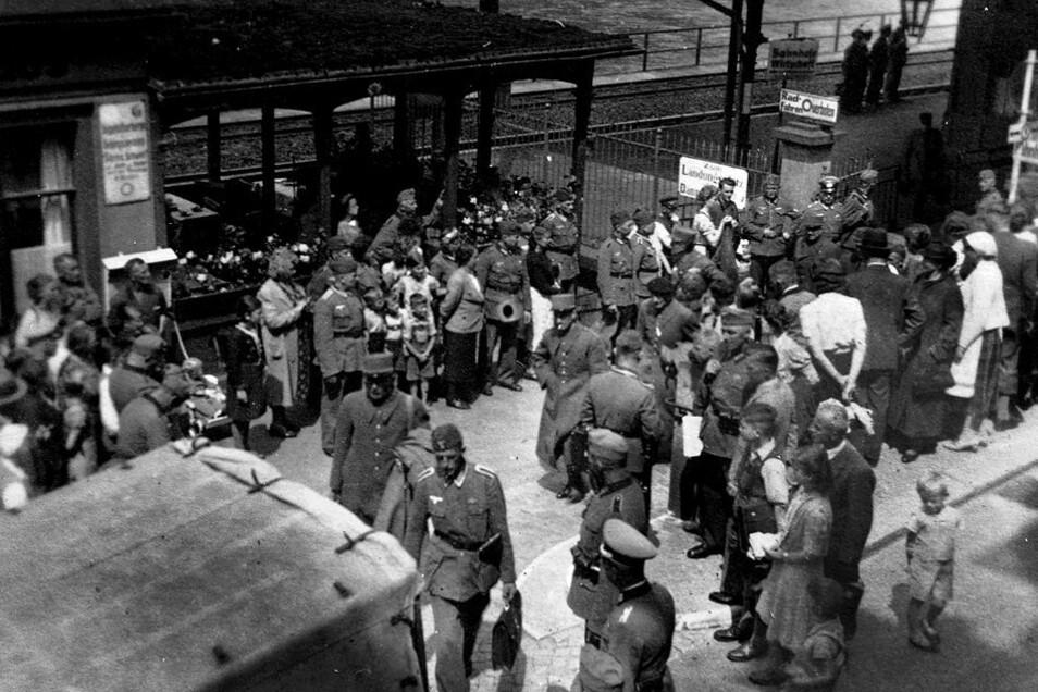 Ankunft der kriegsgefangenen französischen Offiziere und Generäle im Mai 1940 auf dem Bahnhof in Königstein. Foto: Fotosammlung Festung Königstein gGmbH