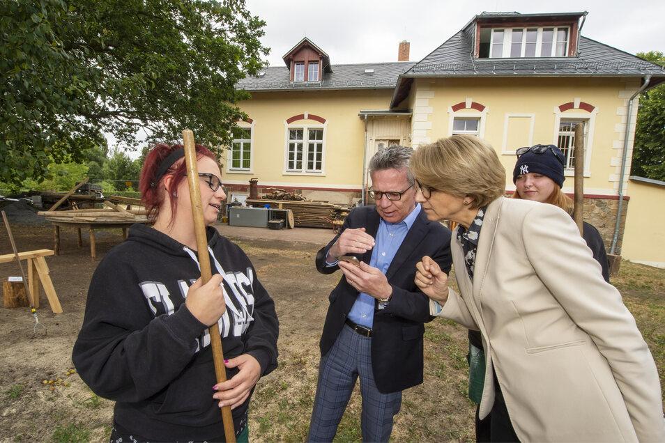 Die Botschafterin der Republik Frankreich in Deutschland, Anne-Marie Descôtes, besuchte am Mittwoch auf Einladung des CDU-Bundestagsabgeordneten Thomas de Maizière den Landkreis Meißen. Erste Station war die Produktionsschule Moritzburg gGmbH.