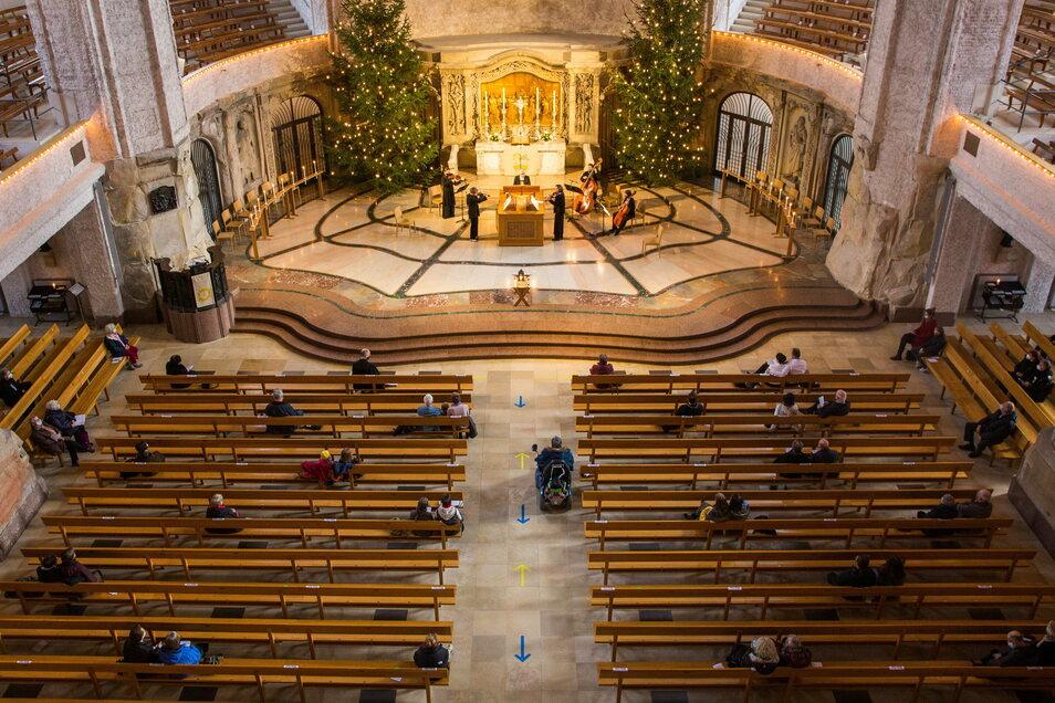 Viel Platz am Heiligabend: Zum Weihnachtsgottesdienst am Vormittag des 24. Dezember kamen deutlich weniger Besucher in die Dresdner Kreuzkirche als üblich.
