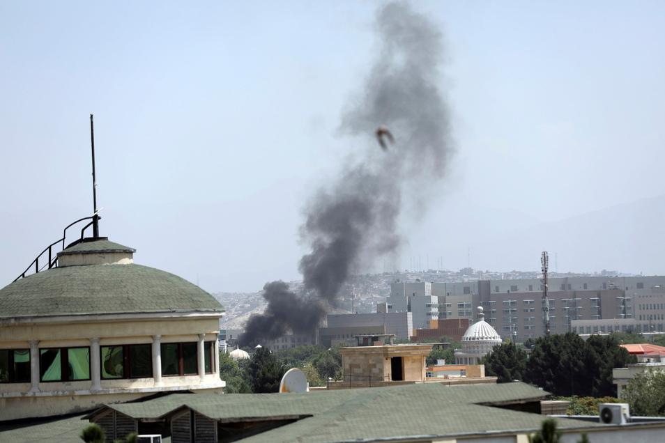 Neben der US-Botschaft in Kabul steigt Rauch auf. die USA haben ihre Bürger bereits aus Afghanistan evakuiert. Deutschland startet die Rettungsaktion seiner Bürger am Montagmorgen.