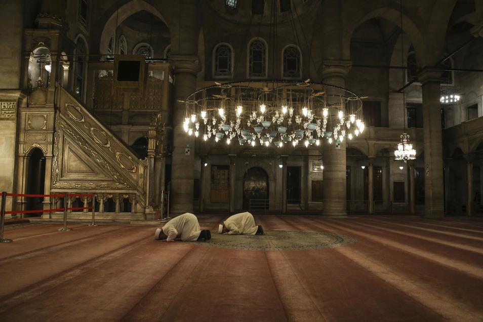 Türkei, Istanbul: Hasan Tok (r), Imam der Eyup-Sultan-Moschee und Metin Cakar, ebenfalls Imam, halten ein Gebet ab. Nach dem fünften und letzten Gebetsaufruf des Tages wurden die Imame in der Türkei gebeten, ein zusätzliches Gebet zu sprechen, in dem sie