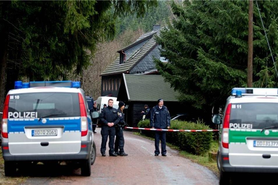 Polizeibeamte auf dem komplett abgeriegelen Grundstück.