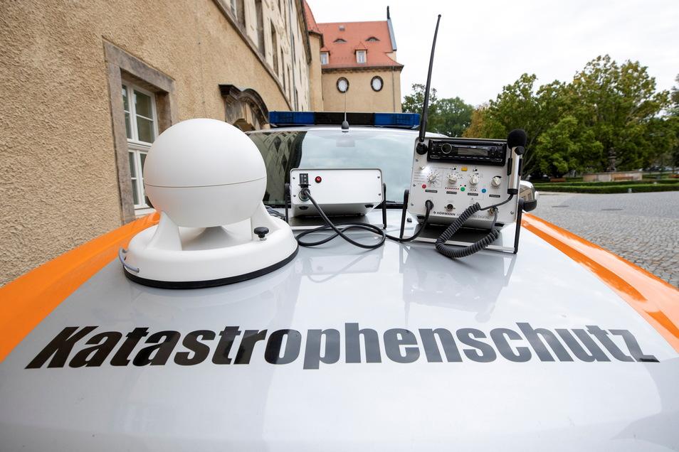 Das gehört zu einem mobilen Vorwarnsystem: Sirene, Batteriekasten und Steuergerät, hier auf einem Dienstfahrzeug der Landkreisverwaltung Sächsische Schweiz-Osterzgebirge.