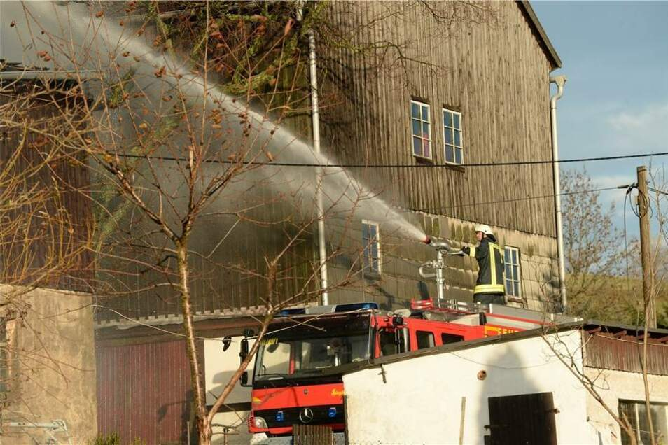 Die Schadenshöhe und die Ursache für das Feuer sind noch nicht bekannt.