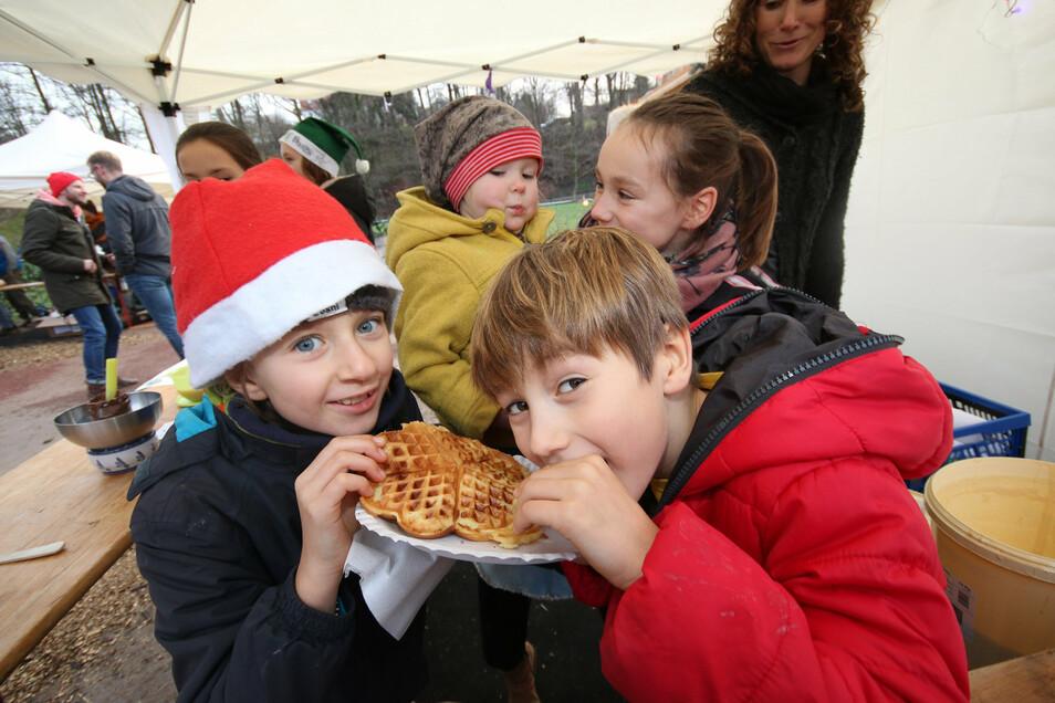 Frizzi und Carlo haben auf dem Ebersbacher Weihnachtsmarkt im vergangenen Jahr leckere selbstgebackene Waffeln verkauft und auch selbst mal probiert. Auch dieses Jahr soll es wieder Waffeln geben.