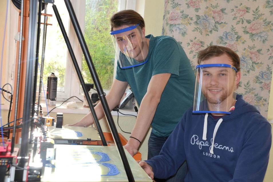 Jonas (vorn) und Julian Ullrich produzieren Visiere für Pflegeeinrichtungen.