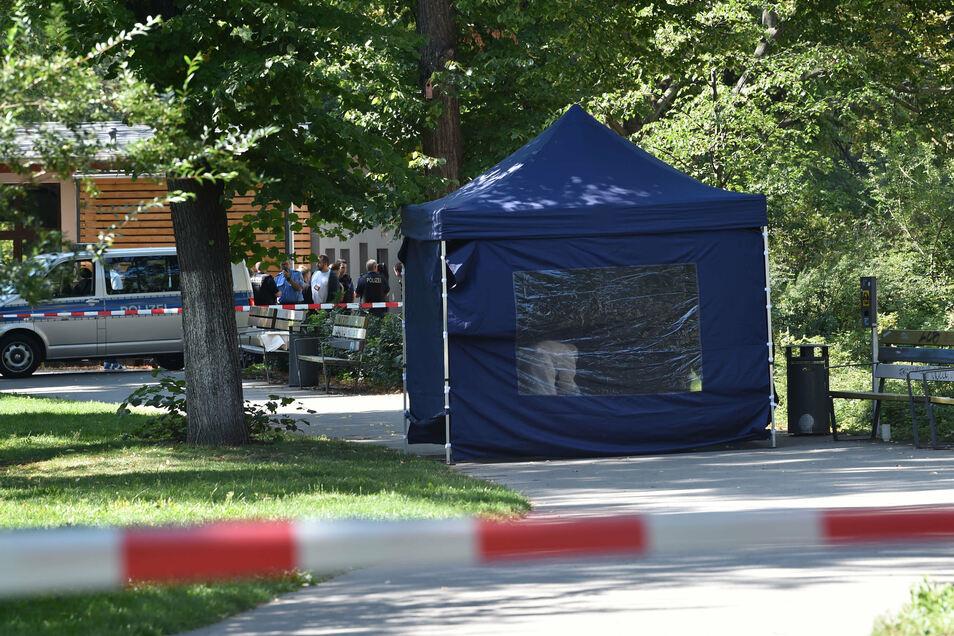 Beamte der Spurensicherung sichern in einem Faltpavillon Spuren am Tatort im Kleinen Tiergarten
