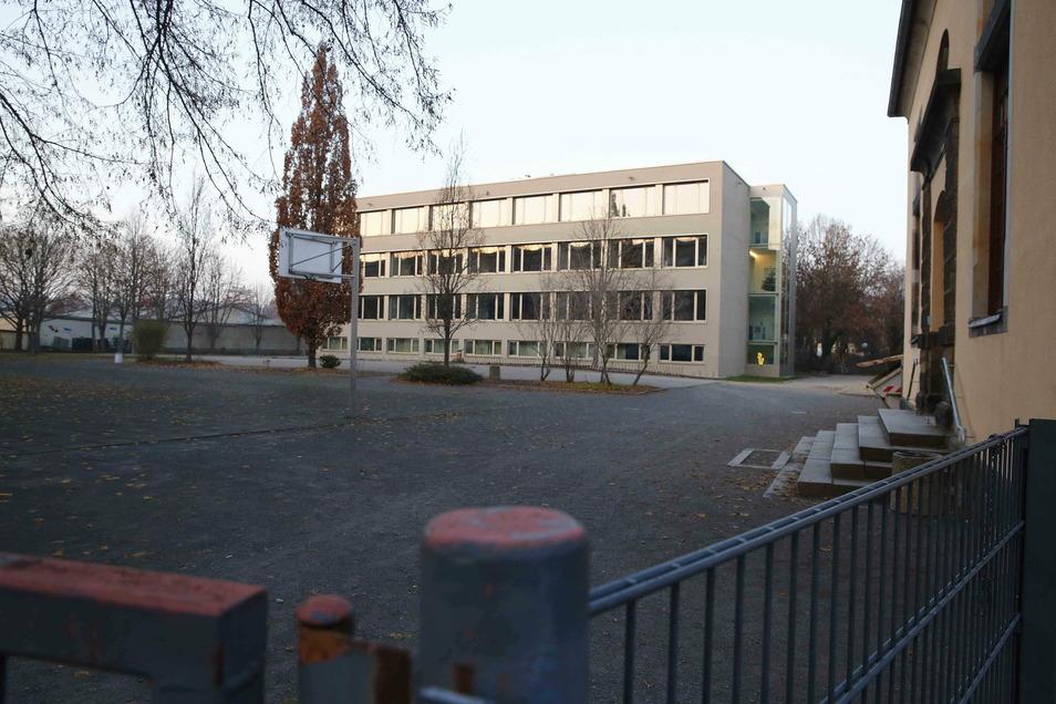 Den Plattenbau der Oberschule Mitte hat die Stadt in den Jahren 2016 und 2017 umfangreich sanieren lassen. Nun kann sie im nächsten Jahr auch den Schulhof in Schuss bringen.