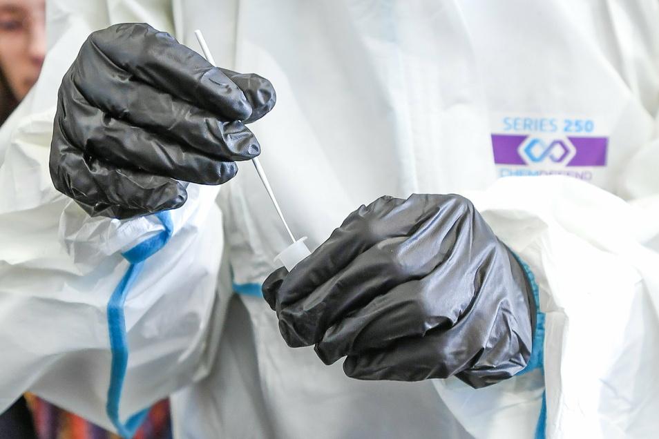 Mit Schnelltest werden die Einwohner der Gemeinde Räckelwitz bei Kamenz auf eine Infektion mit dem Coronavirus untersucht. Mit dem Pilotprojekt sollen bislang unerkannte Infektionen gefunden werden.