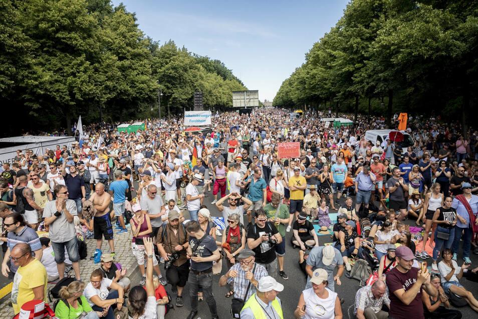 Dicht gedrängt und ohne die Abstandsregeln zu beachten stehen Tausende bei einer Kundgebung gegen die Corona-Beschränkungen auf der Straße des 17. Juni Anfang August.