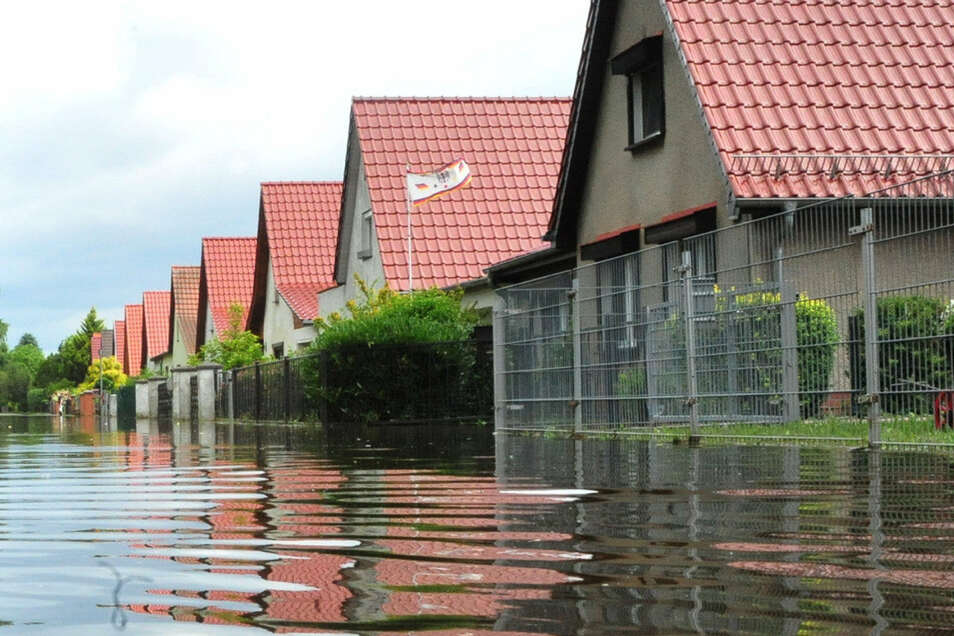 Ein immer häufigeres Bild: Überflutete Grundstücke nach einem sommerlichen Starkregen.