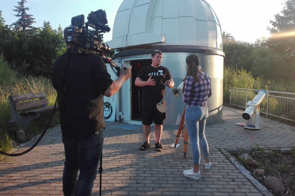 Riesas Sternwarten-Chef Stefan Schwager wird von MDR-Moderatorin Sarah von Neuburg interviewt. Am 29. Juni ist der Beitrag im Fernsehen zu sehen.