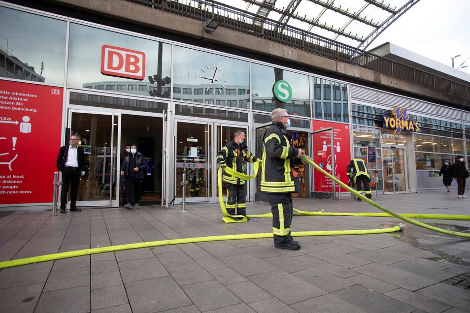 Einsatzkräfte stehen vor dem Kölner Hauptbahnhof. An einem ICE war es zu einer Rauchentwicklung gekommen, der Bahnhof wurde vorübergehend gesperrt.