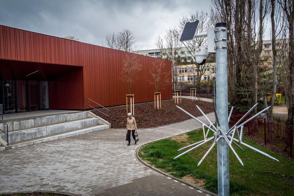 Gegenüber dem Eingang der neuen Sporthalle in Döbeln Nord hat die Stadt eine Kamera aufstellen lassen, um Vandalismus zu verhindern.