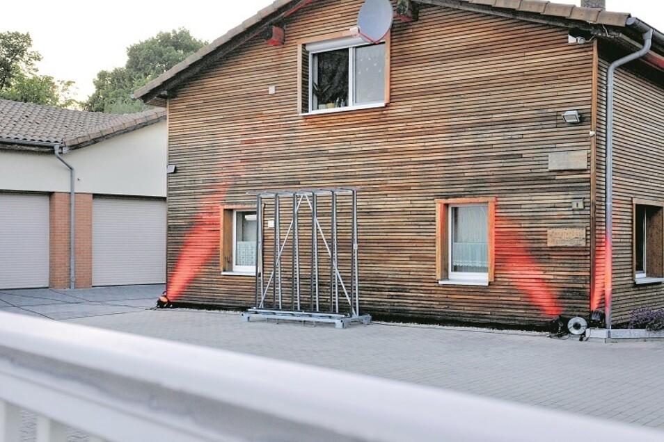 """Rote Lichter bei Fensterbau Holtzheuer in Weißwasser. Firmenchef Heiko Holtzheuer wollte mit den Strahlern ein Zeichen setzen, damit nicht nur bei den Stadtwerken Weißwasser von der """"Night of light"""" etwas zu sehen ist, wie er sagt"""