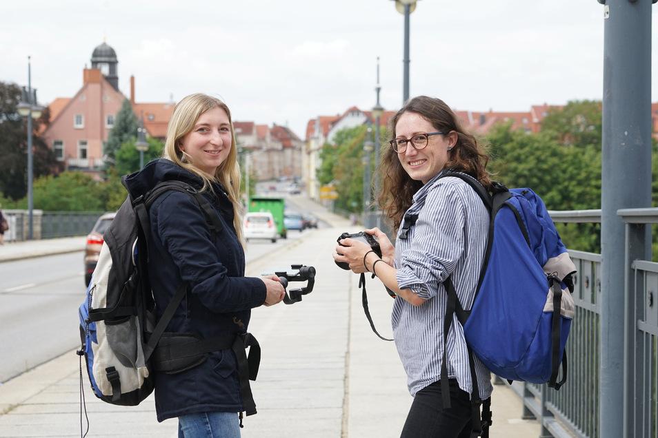 Die Reporterinnen Marleen Hollenbach (l.) und Theresa Hellwig  wandern eine Woche durch den Landkreis Bautzen.