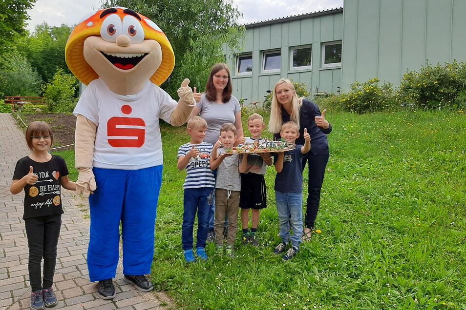 Das Maskottchen Winni der Kreissparkasse Bautzen hat jetzt die Kita Glückskäfer in Bautzen besucht. Dort kann mit finanzieller Unterstützung des Geldinstitutes ein Spielhang geschaffen werden.