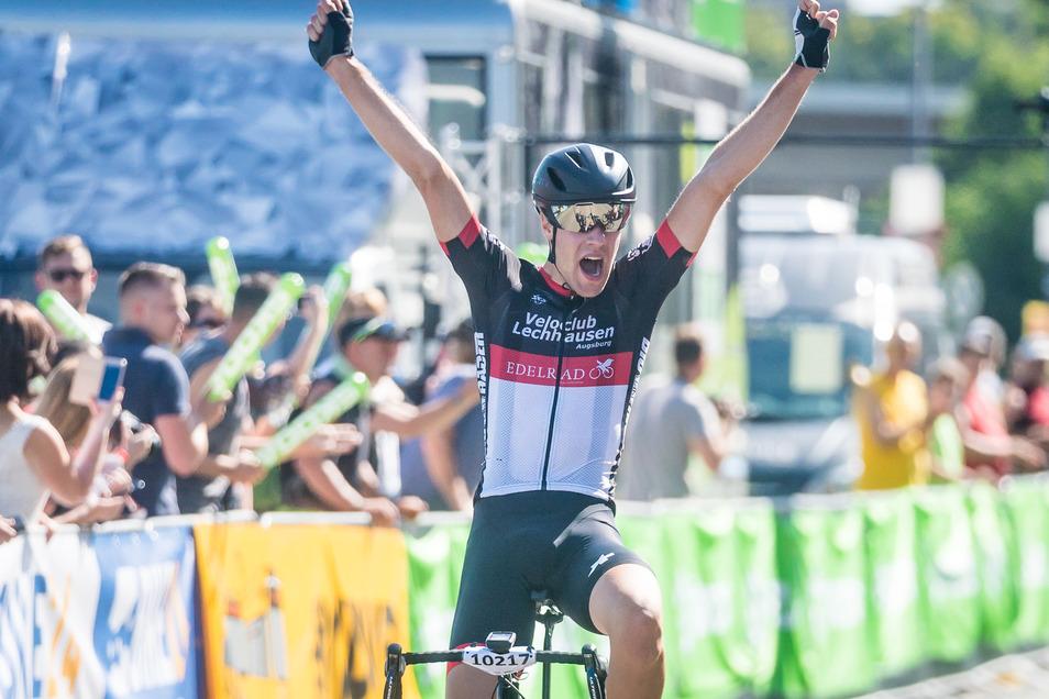 Fabian Geissenberger freut sich riesig über seinen Sieg auf der 62 Kilometer langen Distanz.