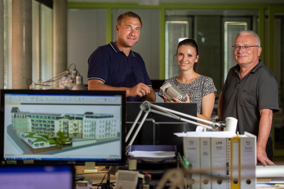 Frank Mehnert (rechts) mit Dirk Georgi und Mitarbeiterin Emily Winkler im Architekturbüro am Kötzschenbrodaer Dorfanger.