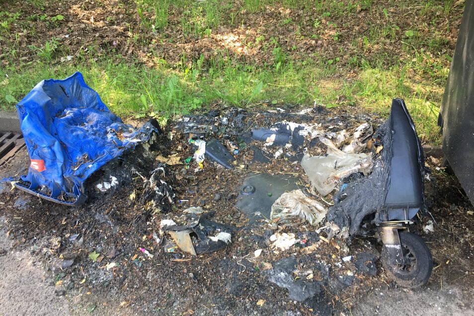 Am Dienstag, dem 8. Juni, liegt die verbrannte Tonne noch auf dem Netto-Parkplatz.