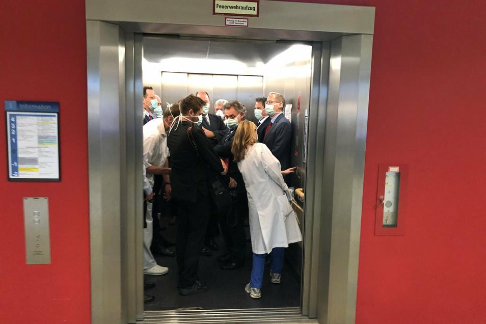 Bei einem Besuch der Uniklinik Gießen drängen sich Mitte April Bundesgesundheitsminister Spahn (l.) und Hessens Ministerpräsident Bouffier mit Begleitern in einem Fahrstuhl.