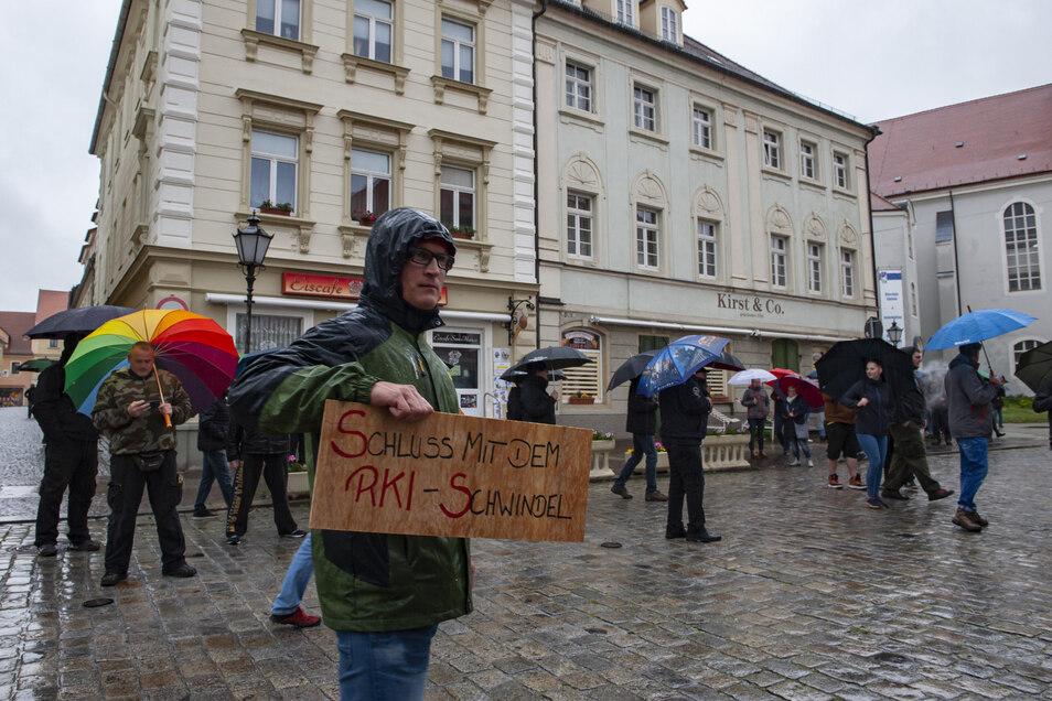 Zahlreiche Menschen beteiligten sich am Montagabend in Großenhain an einem sogenannten Spaziergang in Anlehnung an die Demonstrationen vom Herbst 1989.