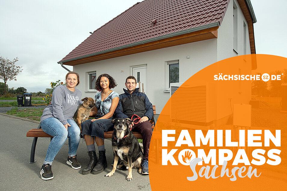 Sie haben losgelassen: Anika Bage, Stefan Förster, Tochter Lucy und ihre beiden Hunde Nala und Simba fühlen sich wohl in ihrem neuen Haus in Strießen bei Großenhain. Dresden vermissen sie nicht.