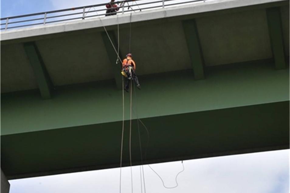 .... der unter einer rund 35 Meter hohen Straßenbrücke befestigt war.