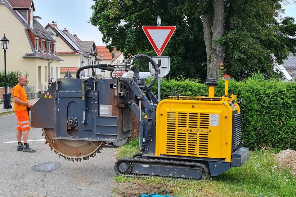 Diese Maschine beschädigte bei Fräsarbeiten die Gasleitung unter dem Fußweg.