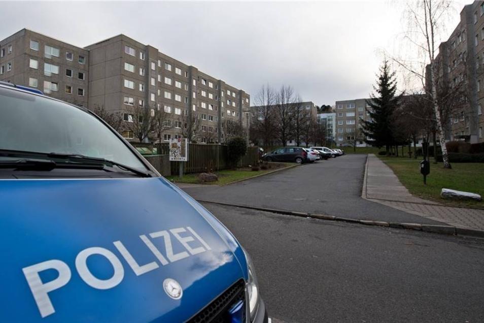 Ein Polizeifahrzeug steht vor einem Plattenbau an der Johannes-Paul-Thilman-Straße im Stadtteil Dresden-Leubnitz-Neuostra.