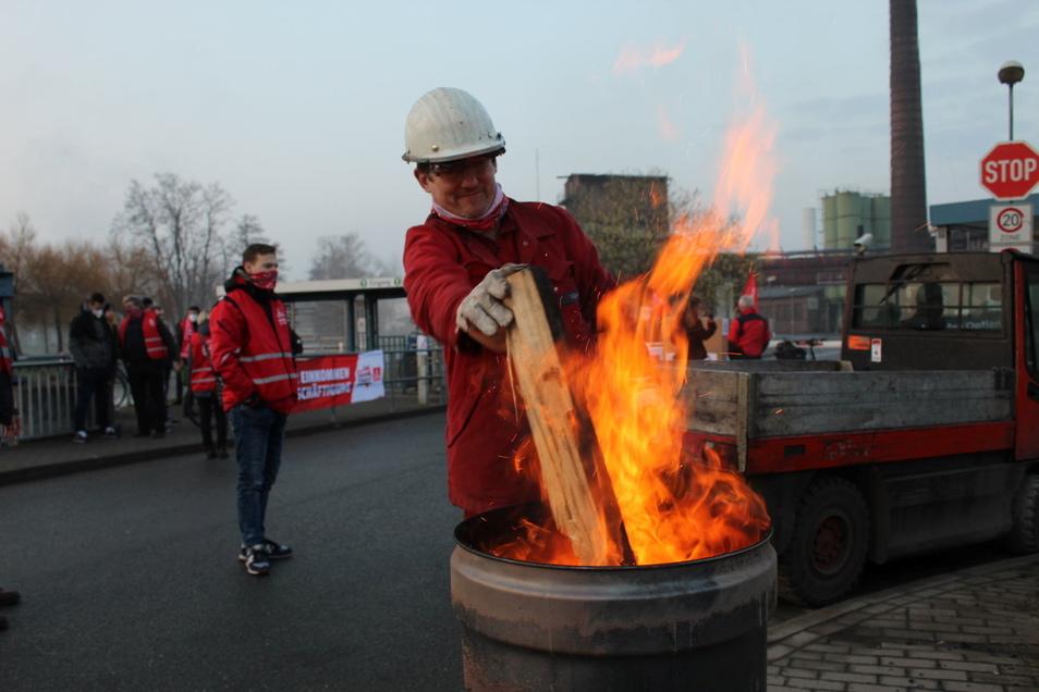 Die Feuertonne wird angeheizt. Ab 5 Uhr morgens standen die Streikenden vor den Toren der Schmiedewerke.