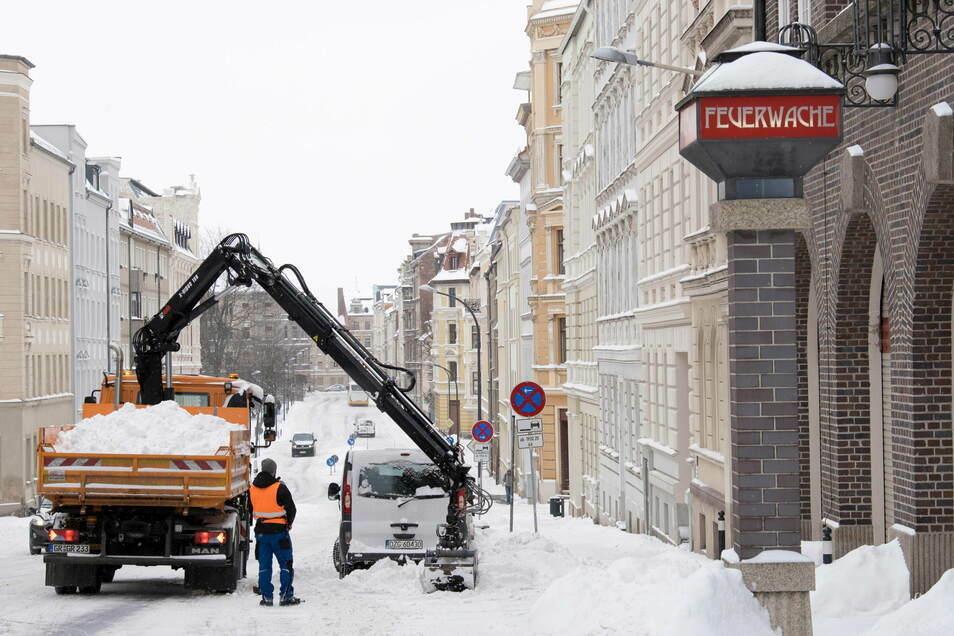 Vor der Feuerwache an der Krölstraße in Görlitz wurde der Schnee am Montag geräumt und per LKW abtransportiert.