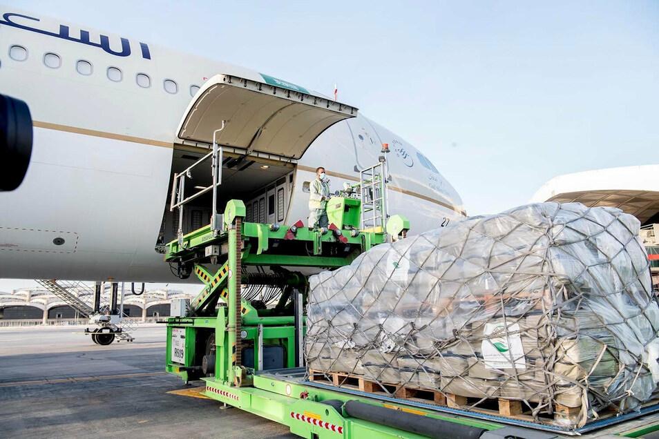 Arbeiter verladen in Saudi-Arabien medizinische und humanitäre Hilfsgüter für den Libanon
