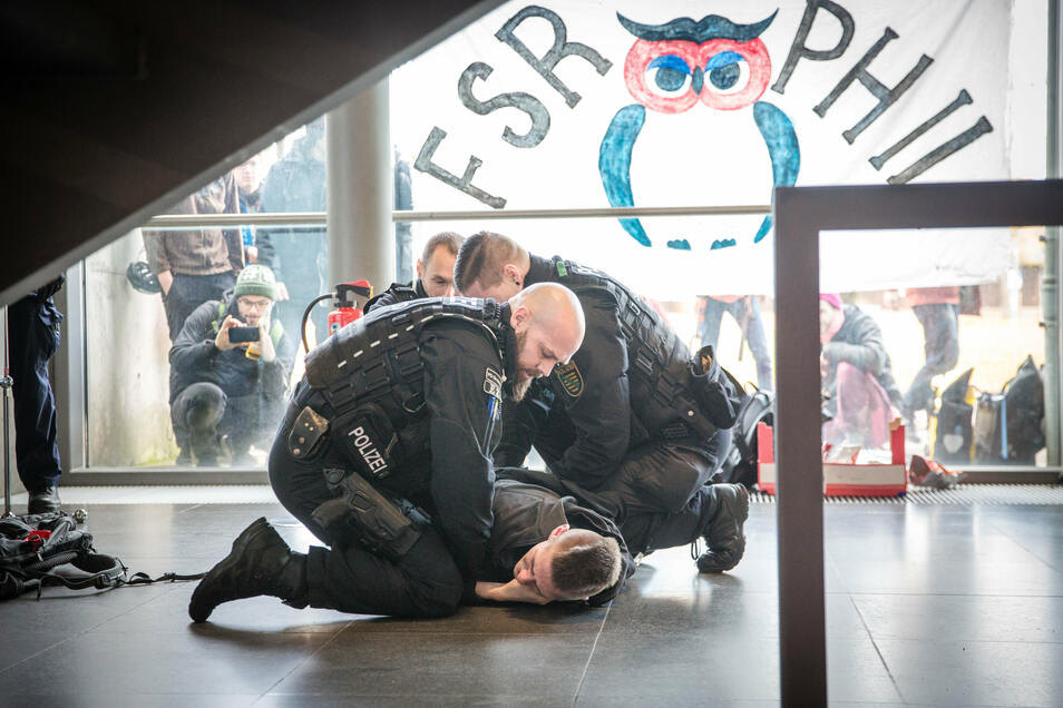 Im Hörsaalzentrum der TU Dresden spielten sich am Donnerstag ungewöhnliche Szenen ab: Die Polizisten mussten einen Klima-Aktivisten aus dem Gebäude tragen, weil er sich weigerte, freiwillig zu gehen.