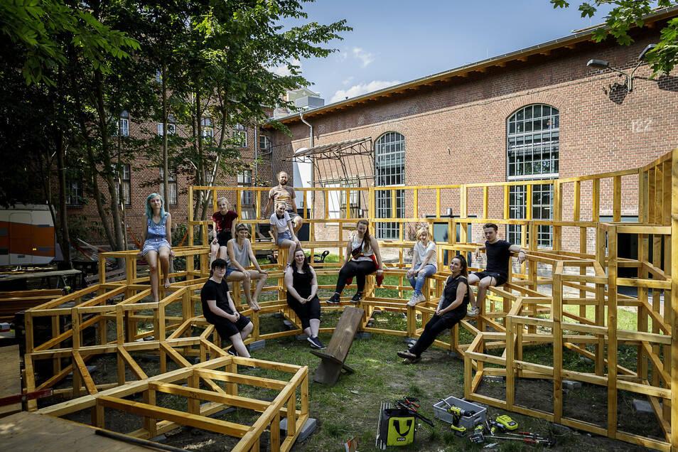 """""""Fliegendes Forum"""" nennt sich das Holz-Bauwerk, das diese jungen Menschen vor dem Fokus-Festival auf dem Gelände der Rabryka gebaut haben."""