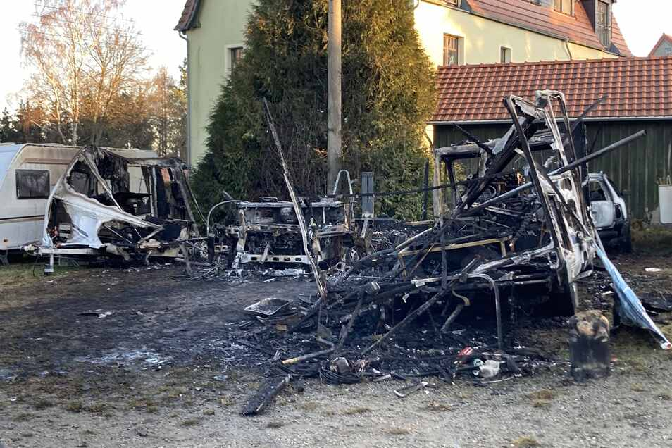 Ein Bild der Verwüstung. Mehrere Wohnmobile und Wohnwagen wurden durch den Brand total zerstört.