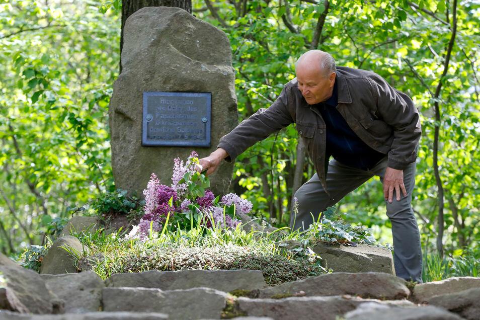 Frank Kuppe kümmert sich um das Soldatengrab auf dem Jäckelberg bei Ebersdorf.