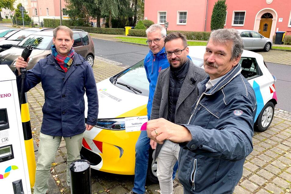 Markus Jäschke (l.) und Matthias Hänsch (r.) von den Stadtwerken sowie Bernd Stieler und Michael Martin von der Wogeno haben am Donnerstag das erste Auto betankt.