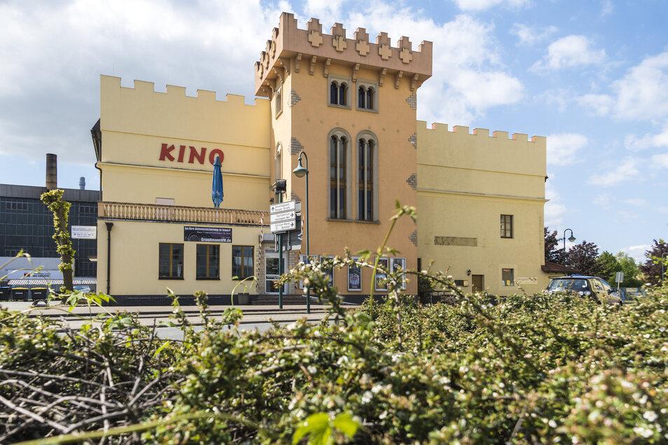 Das Gröditzer Castello an der B 169 ist aufgrund seiner besonderen Architektur kaum zu übersehen. Im Gebäude befinden sich neben dem Kino unter anderem auch eine Versicherungsagentur und ein Restaurant.