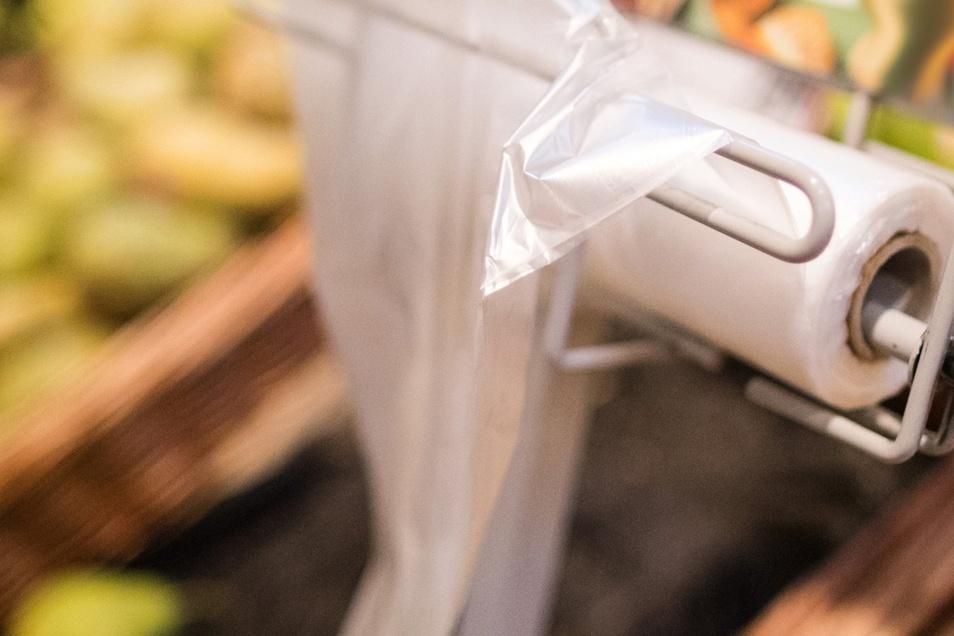 Beim Einkauf landet Obst und Gemüse häufig im Plastikbeutel. Auch auf Dresdner Wochenmärkten. Ein Markt verbietet nun Plastik.
