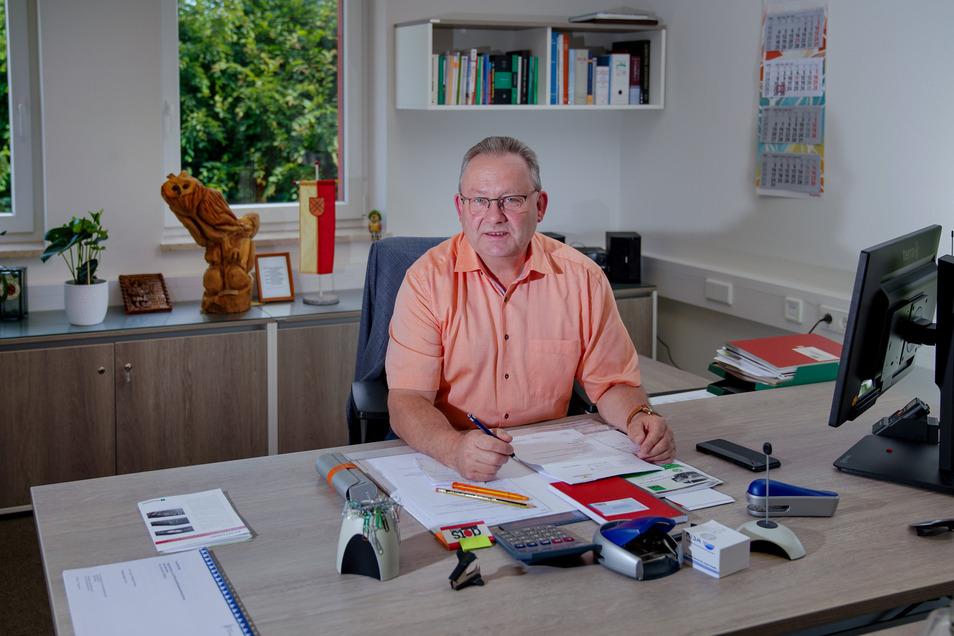 Bürgermeister Veit Künzelmann (CDU) an seinem neuen Schreibtisch. Er freut sich über den großzügigen, hellen Raum.
