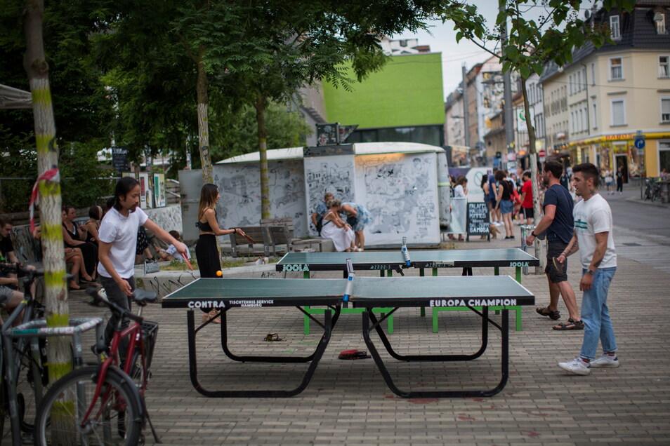 Trotz enormer Hitze nutzen Besucher die Tischtennisplatten, die auf dem Scheunevorplatz aufgebaut waren. Am späten Abend gab es hier kein Durchkommen mehr.