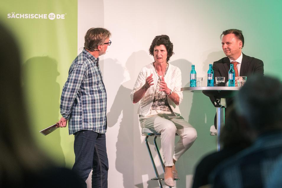 Stephan Schön (links) spricht mit Kultusministerin Eva-Maria Stange