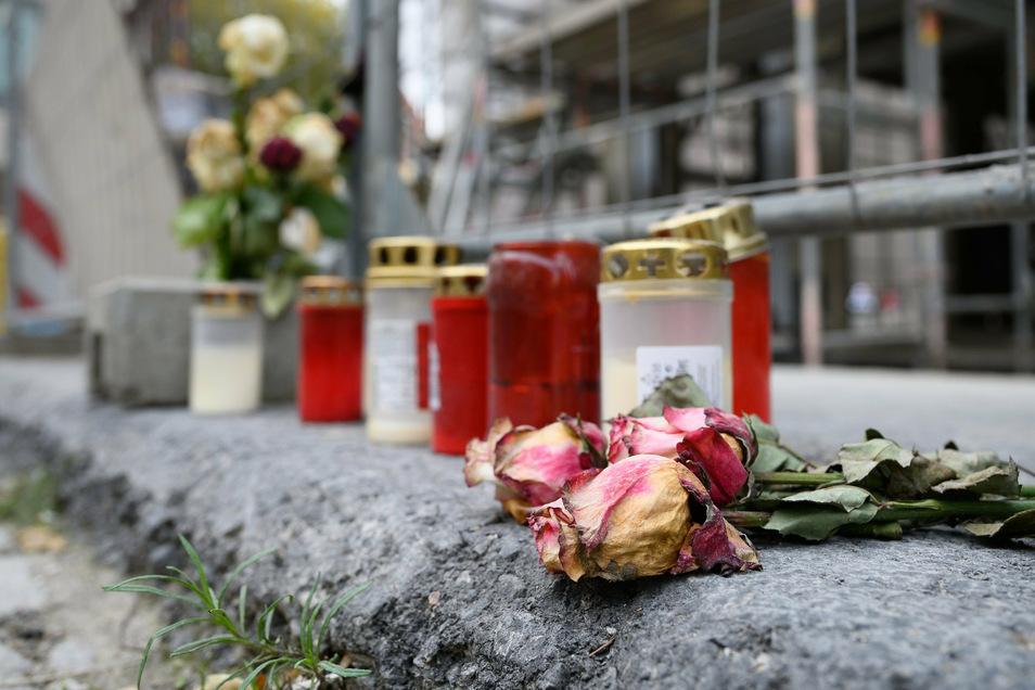 Blumen und Kerzen erinnern an Bluttat im Zentrum der Stadt.
